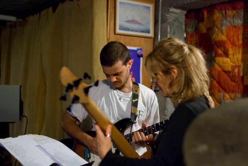Martine-Marie (basse) et Fabien (guitare) lors d'un Rythme et Prière
