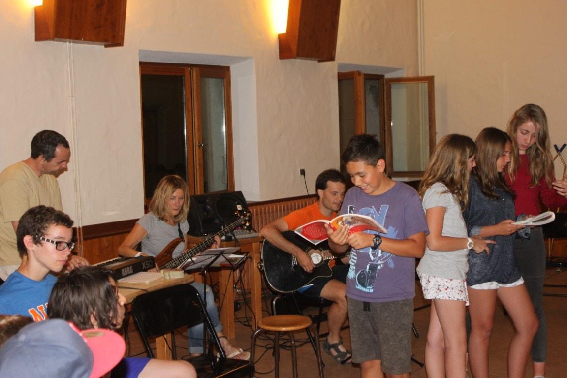 Chant lors de la veillée, avec nos musiciens de Rythme et Prière