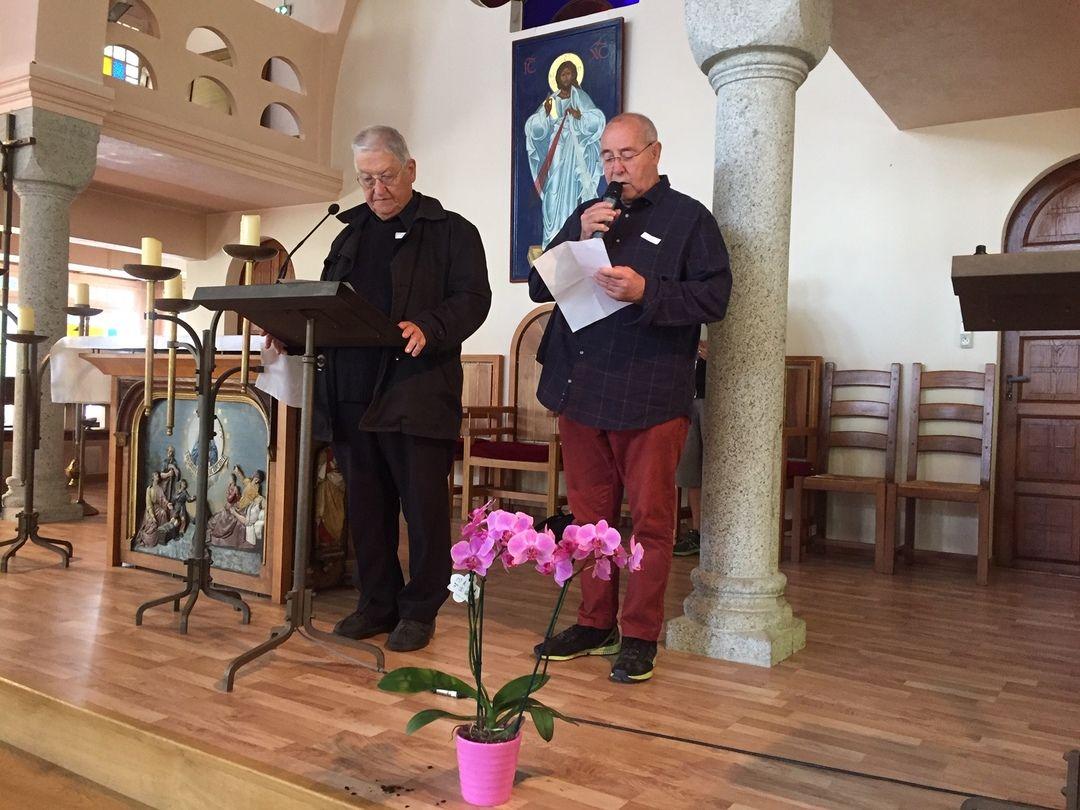 Présentation de Saint François de Salle par le Père Emile ALLARD. A ces côtés, Jean Claude COMBO, diacre à la paroisse